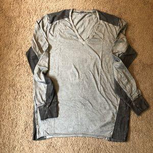 Unique Rogue State V Neck T metallic grey